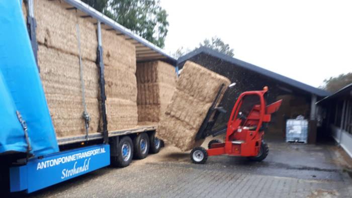 Anton Ponne transport Jubbega vrachtwagen met stro en kooiaap