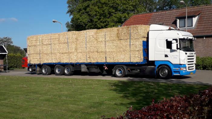 Anton Ponne transport Jubbega vrachtwagen trailer met stro